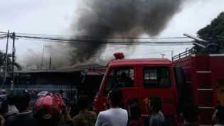 Diduga Korsleting, 2 Rumah di Jalan Dahlia Pekanbaru Ludes Terbakar