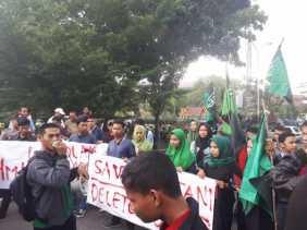 HMI Demo di DPRD Riau, Tolak Kebijakan Impor Beras