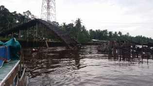 Jembatan di Desa Bente Inhil Ambruk, Seorang Pelajar Jatuh