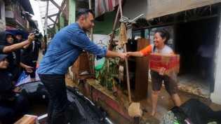 Dengan Perahu Karet, AHY Beri Bantuan Korban Banjir
