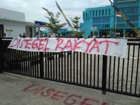 Kantor PLN Perwakilan Riau Disegel BEM UR