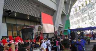 Ridwan Kamil dan Ribuan Warga Bersihkan Stadion GBLA