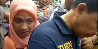 Wanita Pencakar Polisi itu Terus Merunduk