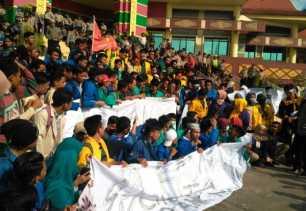 Pansus Revisi Pajak Daerah Jelaskan Penurunan Harga Pertalite kepada Mahasiswa