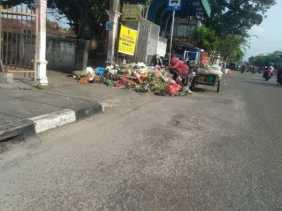 Waduh, Hingga Jam 9 Pagi Sampah Masih Menumpuk di Jalan Ahmad Yani