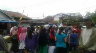 Warga Tembilahan Mengantri Membeli Gas LPG Langsung Dari Mobil Pertamina PT. ADI Putra Inhil