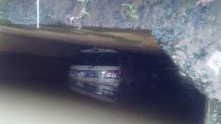 Pemulung Temukan Mobil Fortuner di Bawah Jembatan
