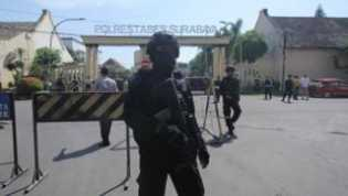 Polisi memburu 'ideolog utama' serangkaian serangan bom bunuh diri di Surabaya