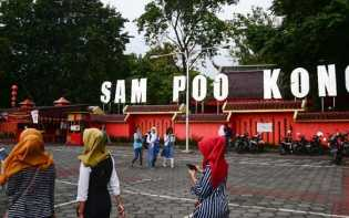 Warga Lintas Agama Rayakan Imlek di Kelenteng Sam Poo Kong