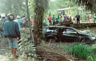 Reses ke Inhil, Mobil Ketua DPRD Riau Septina Kecelakaan Tunggal Masuk Parit