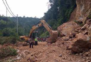 PJN Kerahkan Alat Berat Bersihkan Longsor di Jalan Lintas Riau-Sumbar