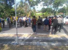 Blokir Jalan, Massa Aksi PMII Bikin Polisi Meradang