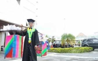 Lulus Kuliah Berkat Gorengan, Pria ini Membawa Dagangannya Saat di Wisuda
