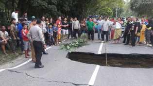 Jalan Sumbar-Riau di Kuok Kampar Amblas 2 Meter