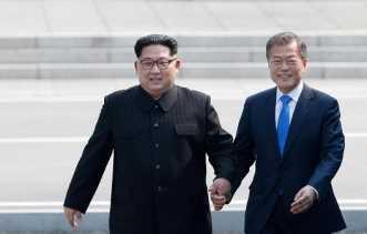 Banyak Senyum, Kim Jong-Un Bikin Warga Korsel Terpesona