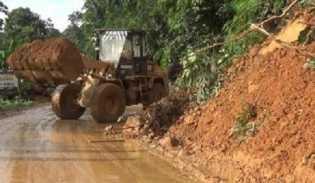 Jalur Sumbar-Riau Masih Dialihkan ke Kiliranjao, Petugas Fokus Bersihkan Material Longsor