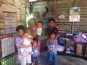 Tina Hidupi 7 Anak Seorang Diri di Gubuk Reok