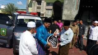 Gubri Serahkan Ambulans ke Pengurus Masjid Agung Annur