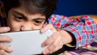 Riset: Mata Anak Juling Akibat Smartphone