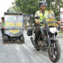 Polresta Pekanbaru Membersihkan Ranjau Paku di Jalan Sudirman