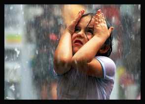 Bahaya Membiarkan Si Kecil Main Hujan-hujanan