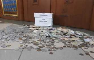Wah.., Ada Uang Receh Satu Kardus Berserakan di Lantai Gedung DPRD Riau, Begini Penampakannya...