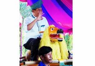 Di Kampung Bayas Jaya, Firdaus Diarak dengan Singa Depok