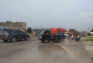 Hati-hati, Jalan Kubang Raya Kampar Banyak Kubangan Air