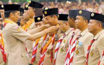 Peduli Pramuka, H Firdaus Raih Lencana Melati dari Presiden Jokowi