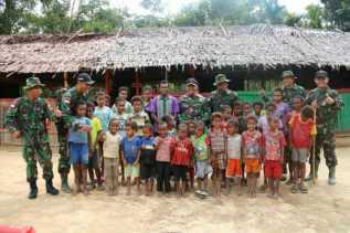 Rumah Pintar Beratap Daun Sagu Cerdaskan Warga di Tatakra, Papua