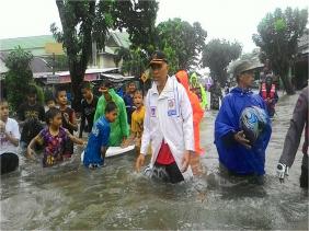 Walikota Padang Seharian di Tengah Banjir