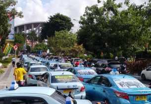 Supir Taksi Konvensional Demo ke Kantor Walikota Pekanbaru