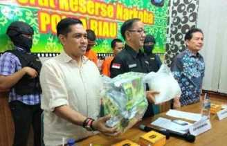 Direktorat Narkoba Polda Riau Sita Bungkusan Teh Cina Berisi 4 Kilogram Sabu, 2 Warga Pekanbaru Dita
