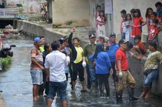 Walikota Firdaus Bersihkan Aliran Sungai Sago Bersama Warga