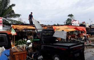 Takut Diratakan Buldozer, PKL Pasar Arengka Bongkar Lapak Sendiri