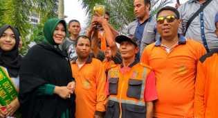JK Beri Piala Adipura, Walikota Banda Aceh Ajak Petugas Kebersihan Arak Piala Tersebut