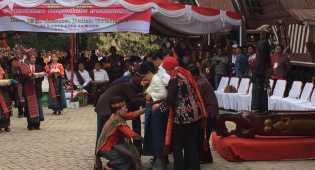 Jokowi Dapat Hadiah Pakaian Adat Batak dari Masyarakat