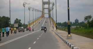 Mobil Wisatawan Parkir Sembarangan di Atas Jembatan siak