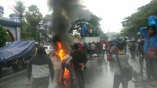 Mahasiswa Pembakar Enam Motor Polisi di Cari Polisi