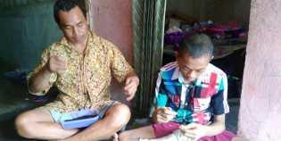 Tak Mau Mengemis, Ayah dan Anak yang Lumpuh Ini Pilih Jadi Perajin Merci