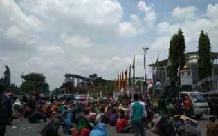 Ratusan Suku Sakai Geruduk Kantor Gubernur Riau