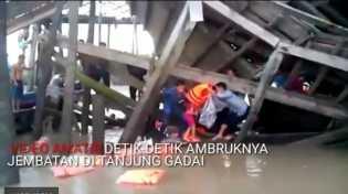 Video Detik-Detik Ambruknya Jembatan Tanjunggadai, 40 Warga Tercebur ke Laut