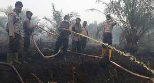 Siang malam Memadamkan titik api Kebakaran Hutan di Riau