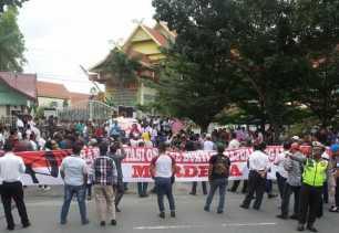 Ratusan Sopir Taksi Online Demo ke DPRD Riau