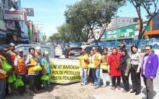 Petugas Parkir Dikagetkan dengan Kedatangan Tim Jum'at Barokah Polresta Pekanbaru