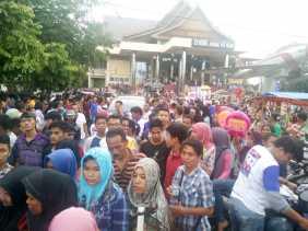 Mobil Walikota Terjebak Ditengah Kerumunan Ribuan Massa