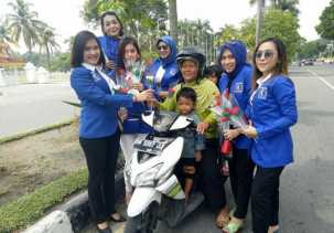 Srikandi PAN Riau Peringati Hari Kartini dengan Bagi-bagi Bunga