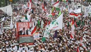 Ketua FPI Tiba di DPR RI, Demonstran Salat Berjamaah
