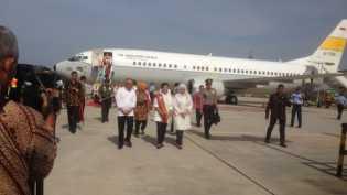 Turun dari Pesawat, Iriana Jokowi dan Mufida Jusuf Kalla Disambut Gubri