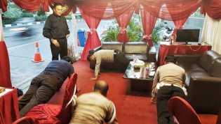 Tidur Saat Berjaga, Polisi Dihukum Push Up Oleh Kapolres